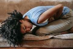 Dziewczyna z bólem brzucha - zdjęcie partnera