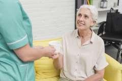 Opiekunka podaje kawę - zdjęcie partnera