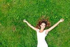 Kobieta w trawie - zdjęcie partnera